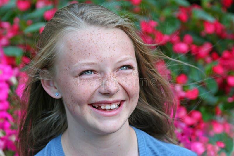 Fille blonde heureuse photographie stock libre de droits