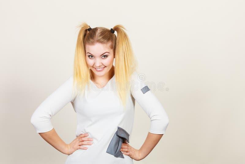 Fille blonde heureuse d'adolescent avec des queues de cheval photos libres de droits