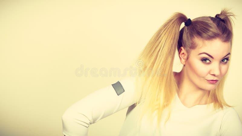 Fille blonde heureuse d'adolescent avec des queues de cheval image libre de droits
