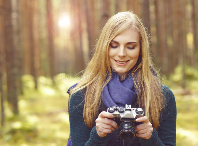 Fille blonde heureuse et belle prenant des photos dans le camp de forêt, tou images libres de droits