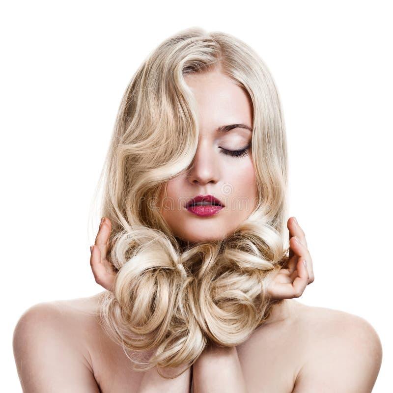 Fille blonde. Long cheveu bouclé sain. photographie stock