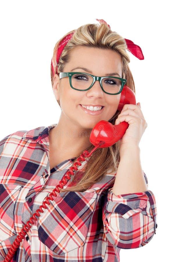 Fille blonde mignonne parlant au téléphone images libres de droits
