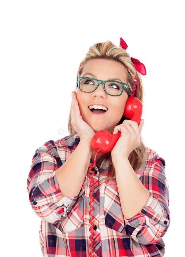 Fille blonde mignonne parlant au téléphone photo libre de droits