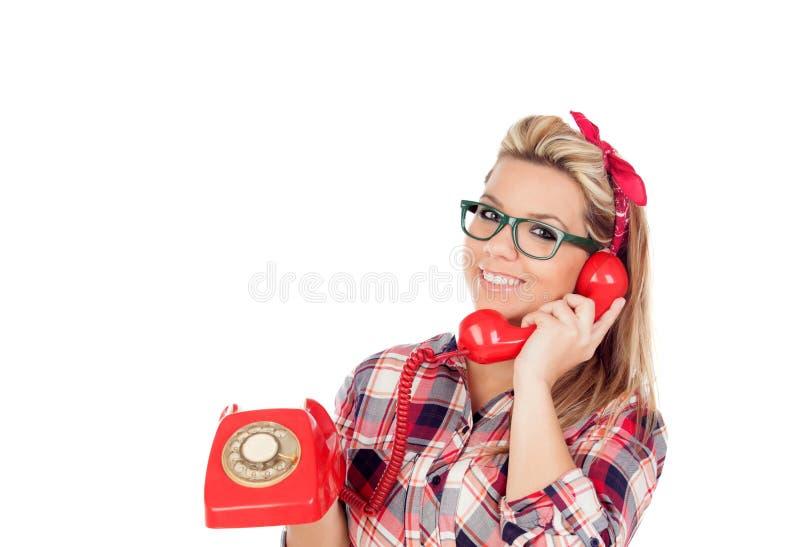 Fille blonde mignonne parlant au téléphone photographie stock libre de droits
