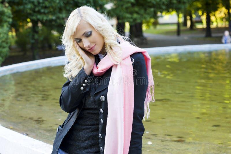 Fille blonde près de fontaine photo libre de droits