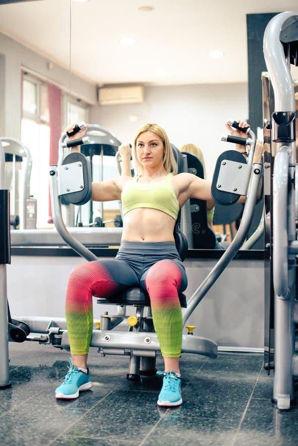 Fille blonde s'exerçant au gymnase photographie stock libre de droits