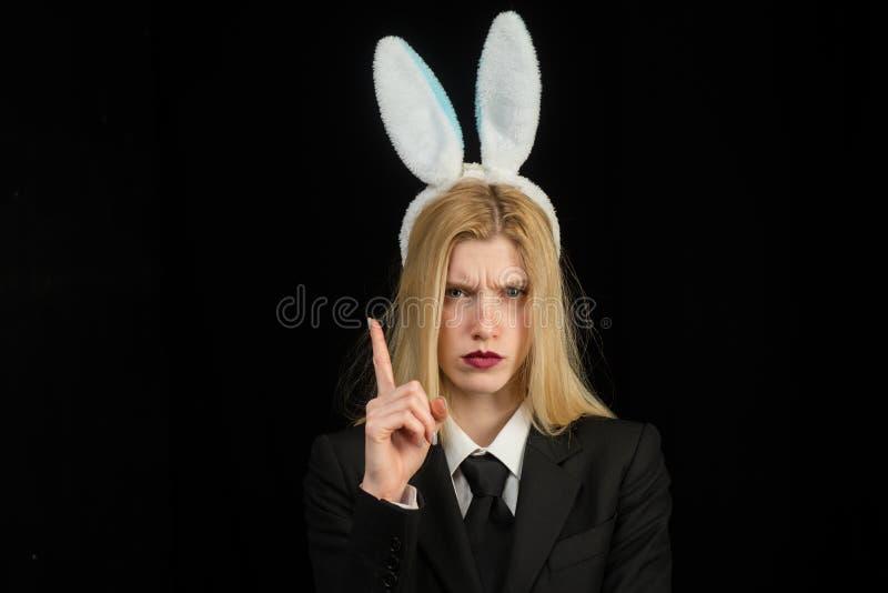 Fille blonde sexy avec des oreilles de lapin de dentelle Modèle sexy habillé dans le lapin de Pâques de costume Belle jeune femme images stock