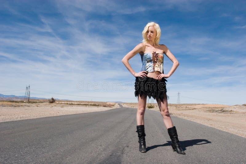 Fille blonde sexy de mode sur la route image stock