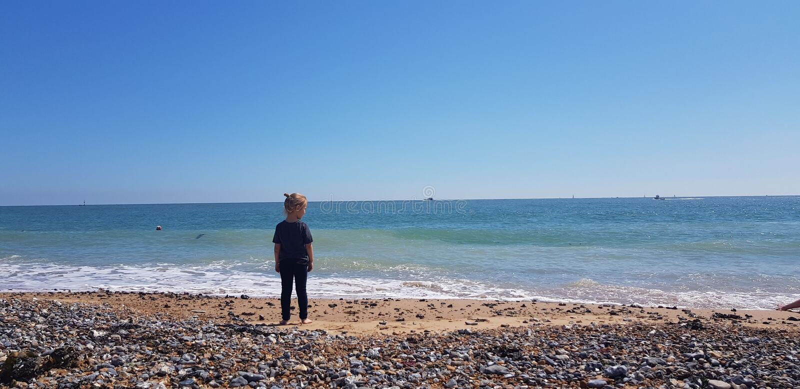 Fille blonde sur l'océan bleu BRITANNIQUE de mer de Ramsgate de hêtre image libre de droits