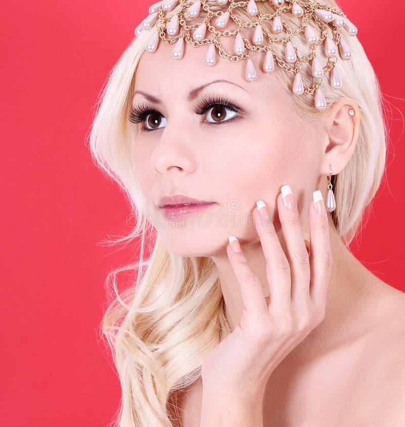Fille blonde très belle avec des accessoires de perle photographie stock
