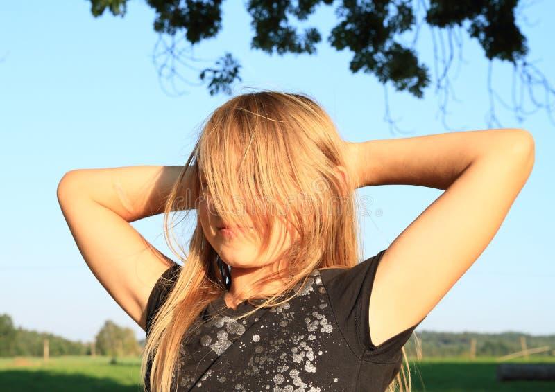 Fille blonde velue de sourire photo libre de droits
