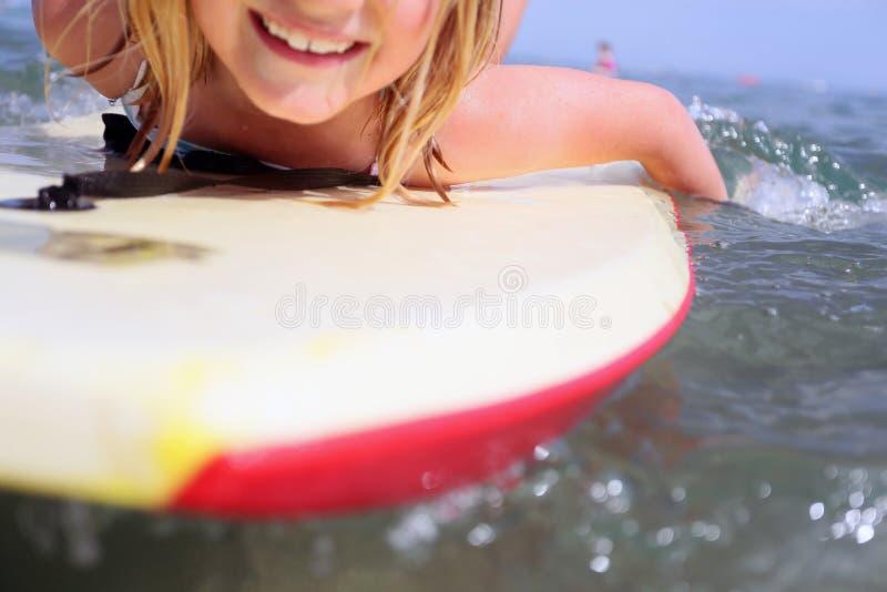 Fille Bodyboarding photographie stock libre de droits