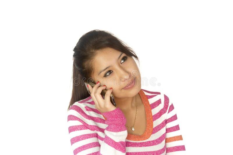 Fille bolivienne mignonne avec le téléphone image libre de droits