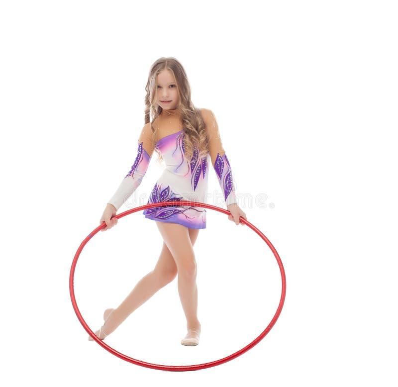 Fille bouclée adorable posant avec le cercle rouge de danse polynésienne photo libre de droits