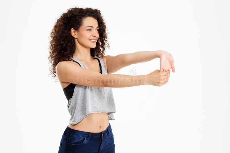 Fille bouclée de forme physique faisant des exercices de forme physique images libres de droits