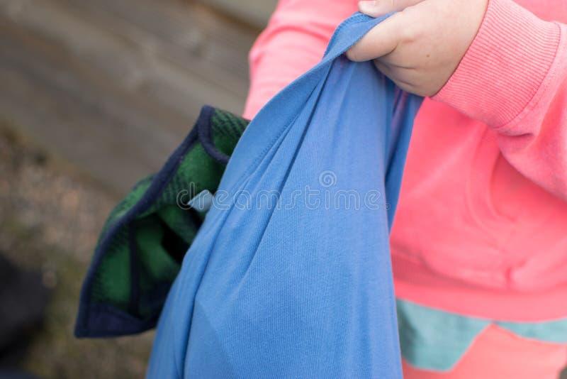 Fille bourrant le sac avec des vêtements images libres de droits
