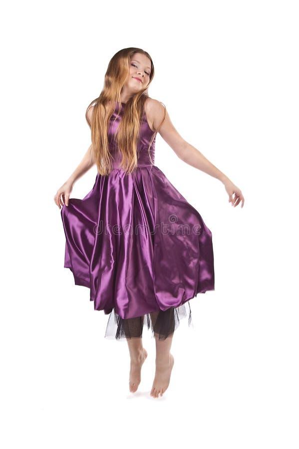 Fille branchante dans la robe violette photographie stock libre de droits