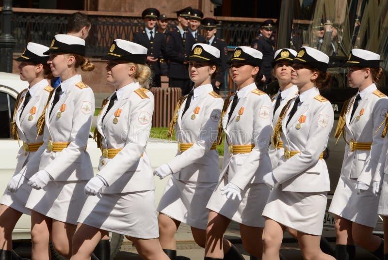 Fille-cadets de l'université militaire et de l'institut militaire de Volsky de l'appui matériel baptisés du nom d'A Khrulyov photo stock
