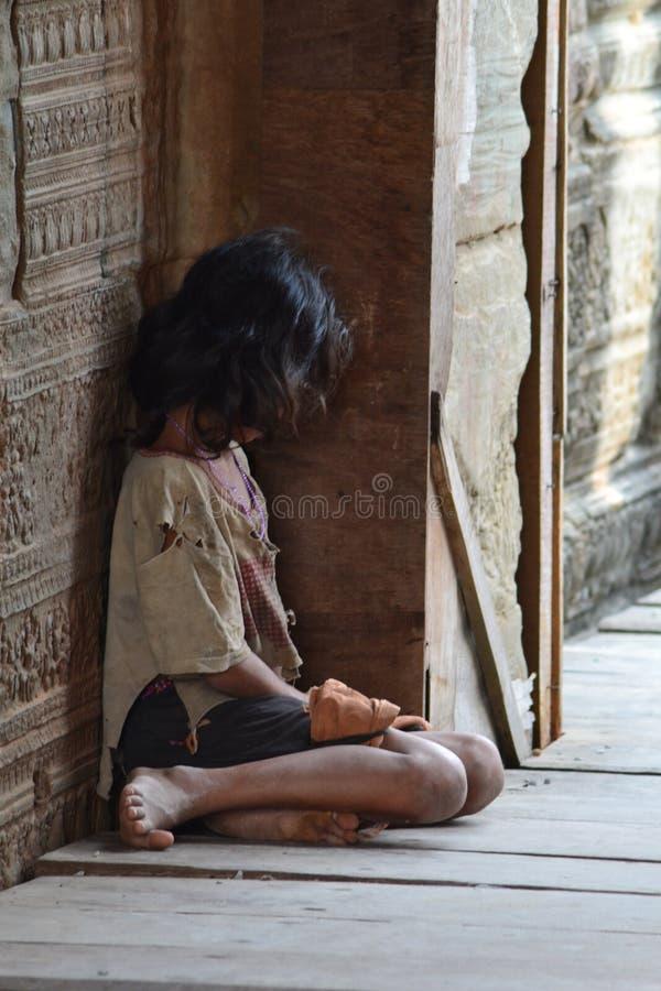 Fille cambodgienne à l'intérieur de temple d'Angkor Vat photos stock