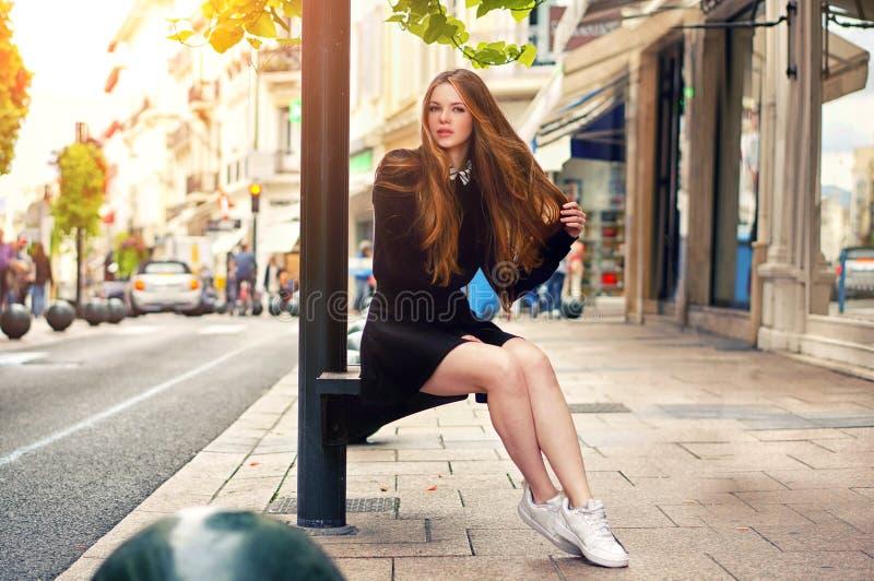 Fille caucasienne assez à la mode de jeunes posant à la ville de l'Europe photos stock