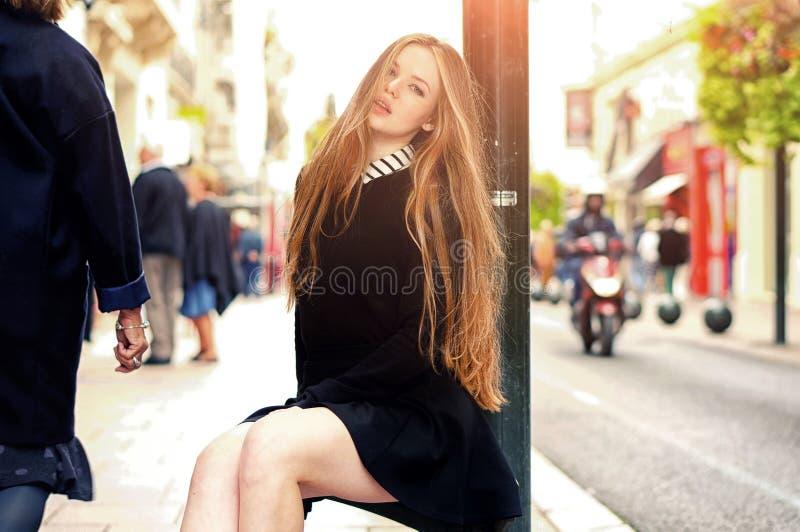 Fille caucasienne assez à la mode de jeunes posant à la ville de l'Europe image stock