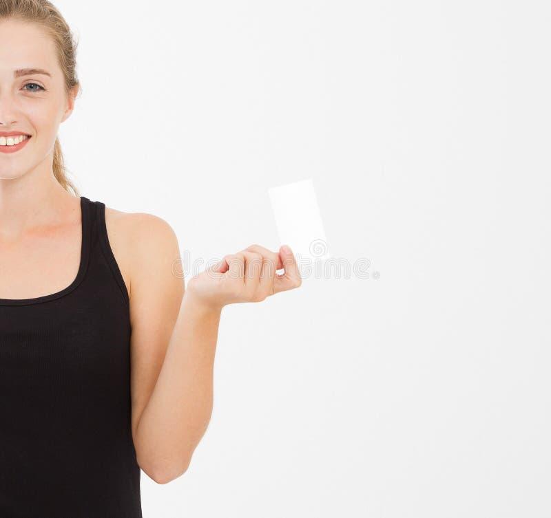 Fille caucasienne, femme dans la carte de visite professionnelle de visite de prise de T-shirt d'isolement sur le fond blanc images libres de droits