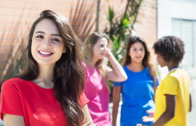 Fille caucasienne heureuse avec trois amies dans la ville image stock