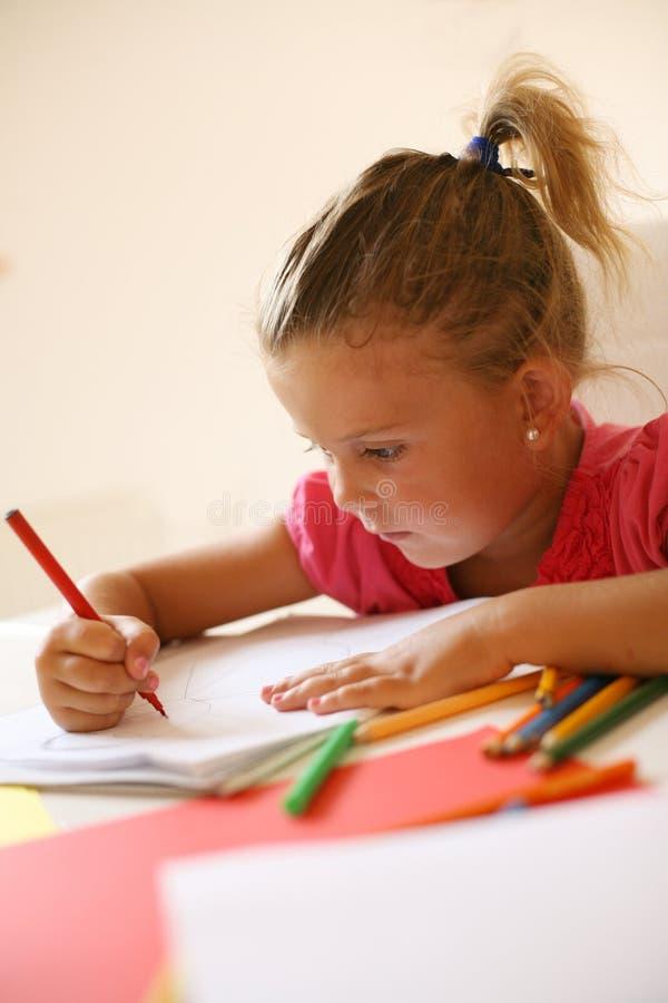 Fille caucasienne prenant des notes et tenant le crayon photos stock