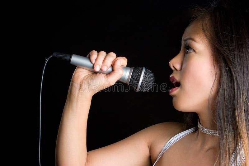 Fille chanteuse asiatique photographie stock libre de droits