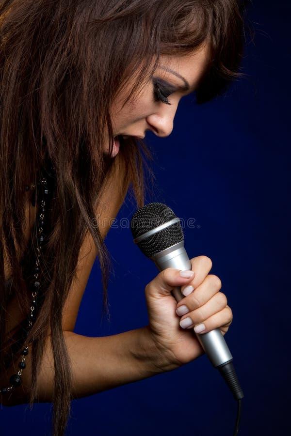 Fille chanteuse de microphone photos stock