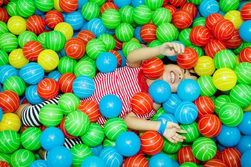 Fille chinoise asiatique dans la piscine de boule images libres de droits
