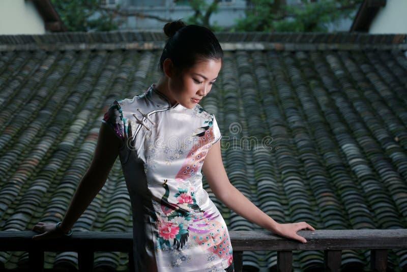 Fille chinoise dans la robe de tradition image libre de droits