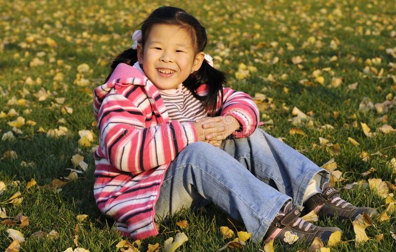 Fille chinoise heureuse sur le pré image libre de droits