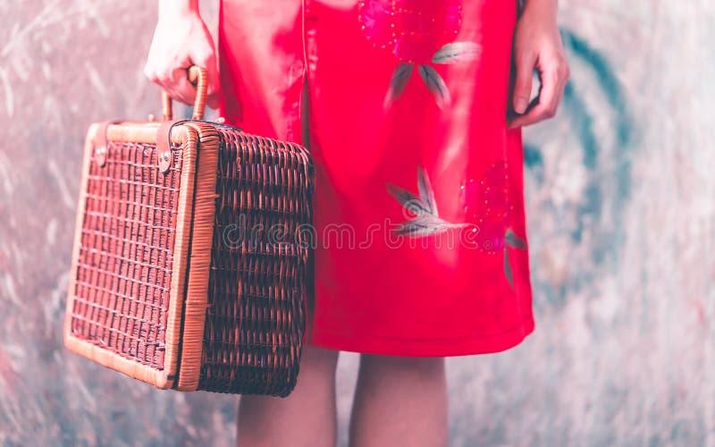Fille chinoise japonaise avec le concept asiatique de voyage de cru en bois de bagage image libre de droits