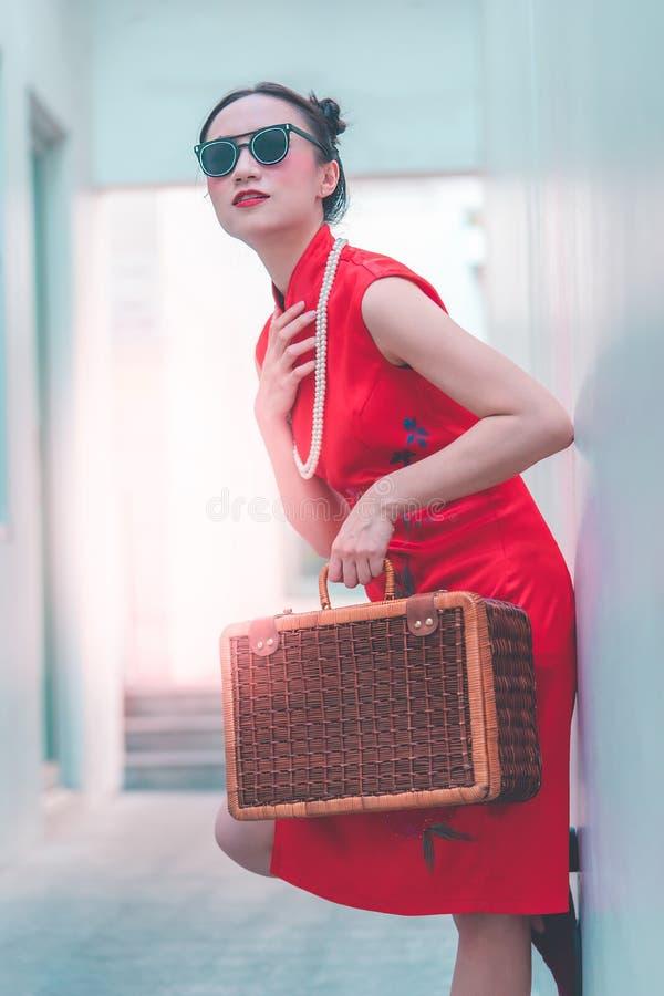 Fille chinoise japonaise avec le concept asiatique de voyage de cru en bois de bagage photos stock
