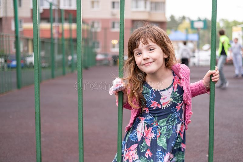 Fille cinq années jouant sur un champ clôturé de basket-ball image libre de droits