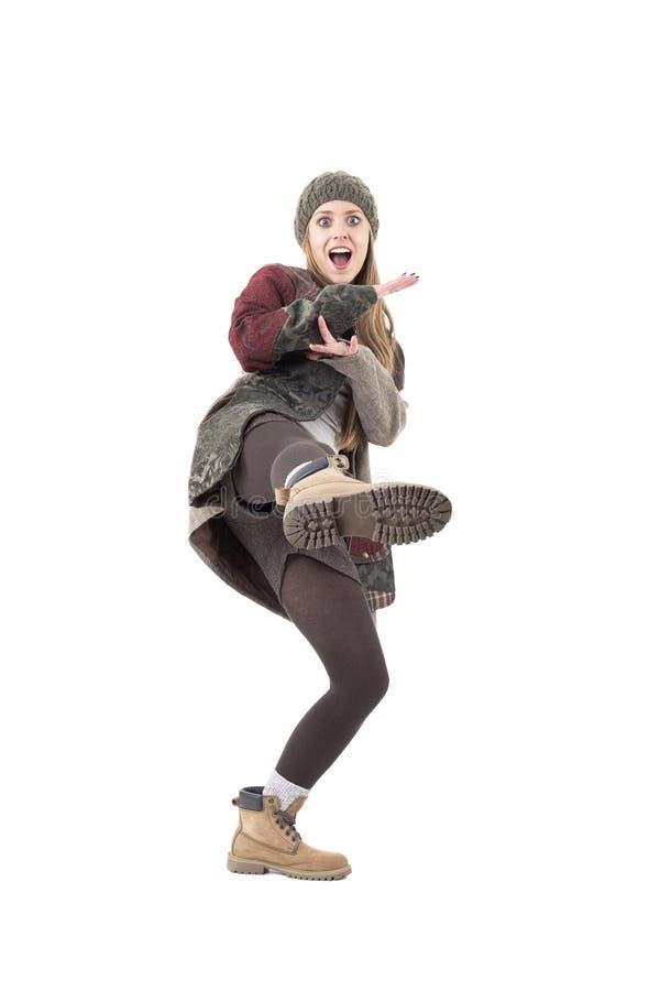Fille comique espiègle géniale fraîche donnant un coup de pied la jambe dans le style de karaté photographie stock libre de droits