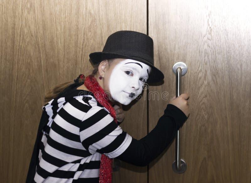 Fille comme actrice de pantomime écoutant à la porte photo stock