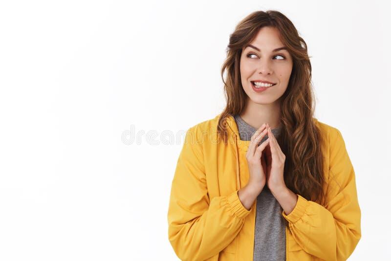 Fille complotant le désir souriant d'un air affecté de plan de doigts mauvais de tour pensant l'excellente idée comment regard du image libre de droits