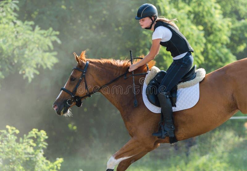 Fille conduisant un cheval photos stock