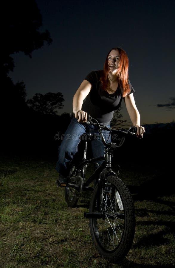 Fille conduisant un vélo de bmx photo libre de droits