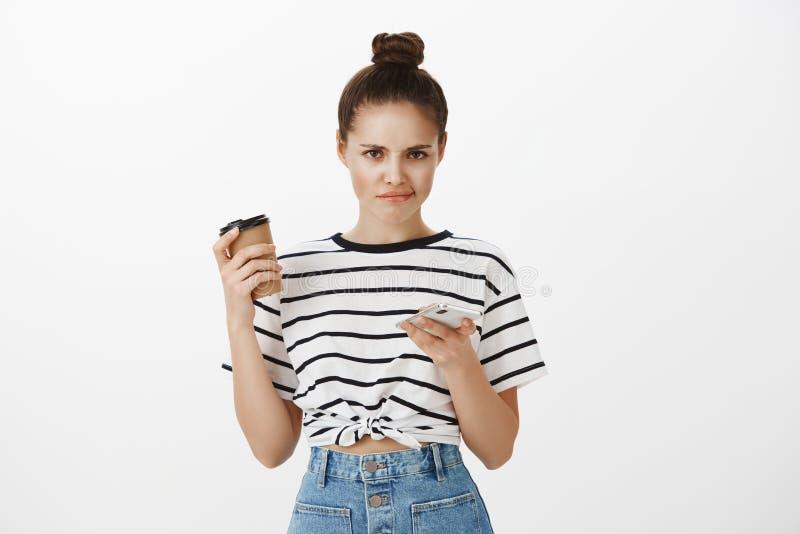 Fille contrariée après vérification des billets disponibles au concert Portrait de jeune femme européenne déçue sombre avec le pe photos stock
