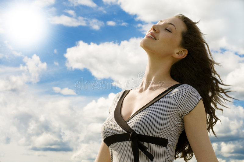 Fille contre le ciel photographie stock libre de droits