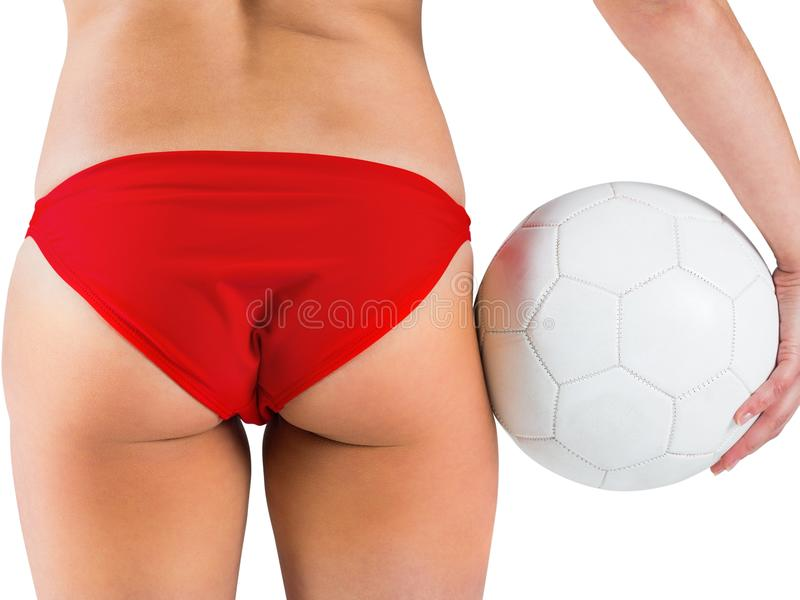 Fille convenable dans le bikini tenant le football photographie stock