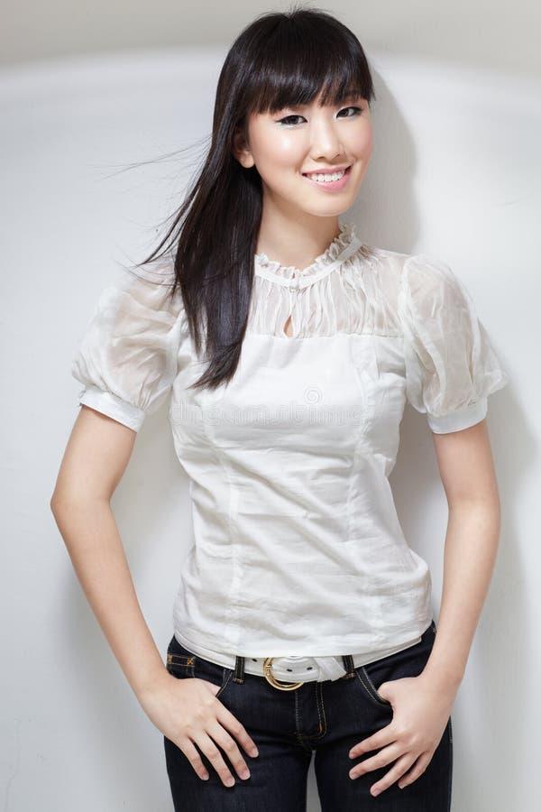 Fille coréenne mignonne et impertinente dans le chemisier blanc photo stock