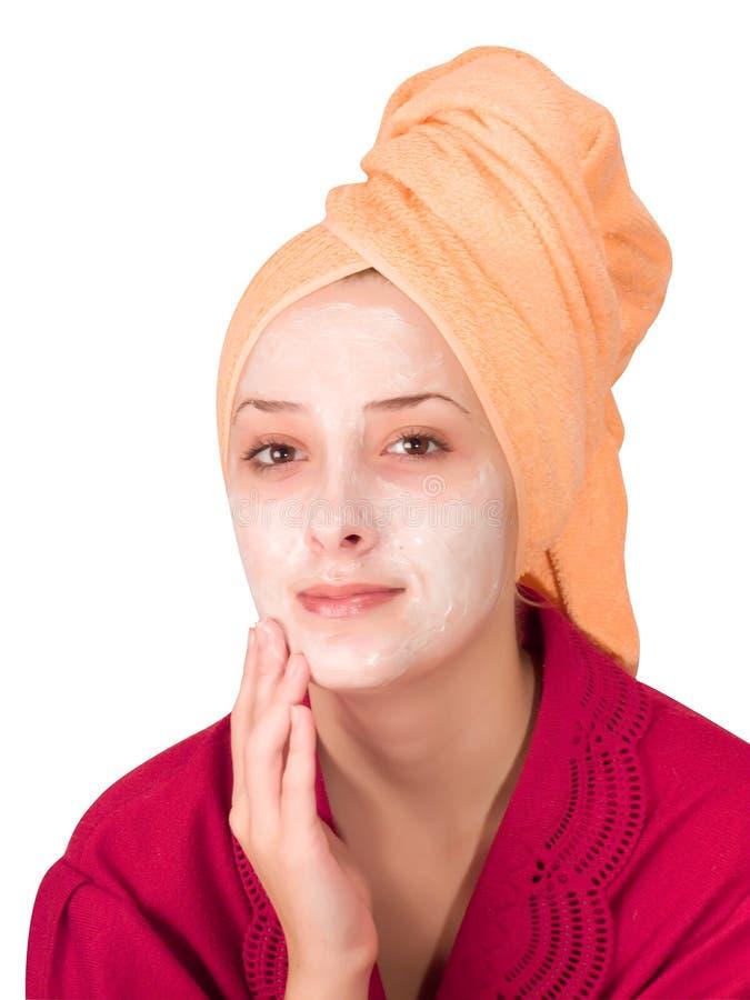 fille cosmétique effectuant des jeunes de masque images stock