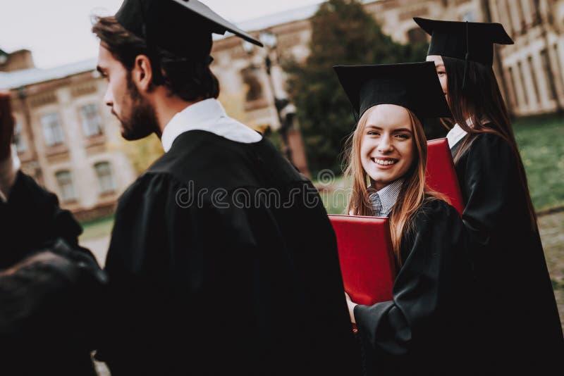 Fille cour manteau université classmates photographie stock libre de droits