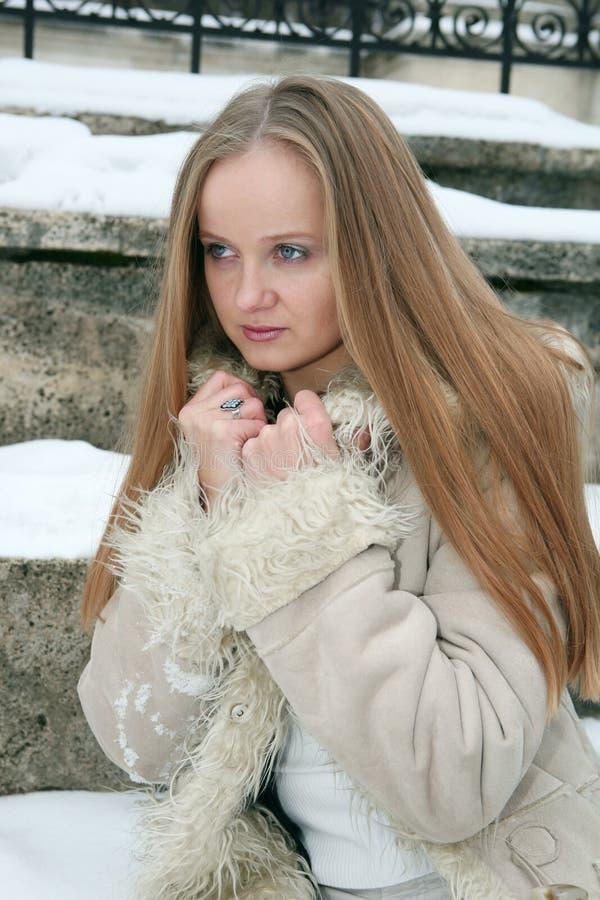 Fille couverte de taches de rousseur blonde dans le manteau de fourrure images libres de droits