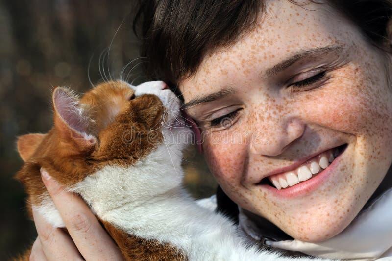 Fille couverte de taches de rousseur heureuse et chat rouge drôle photos libres de droits