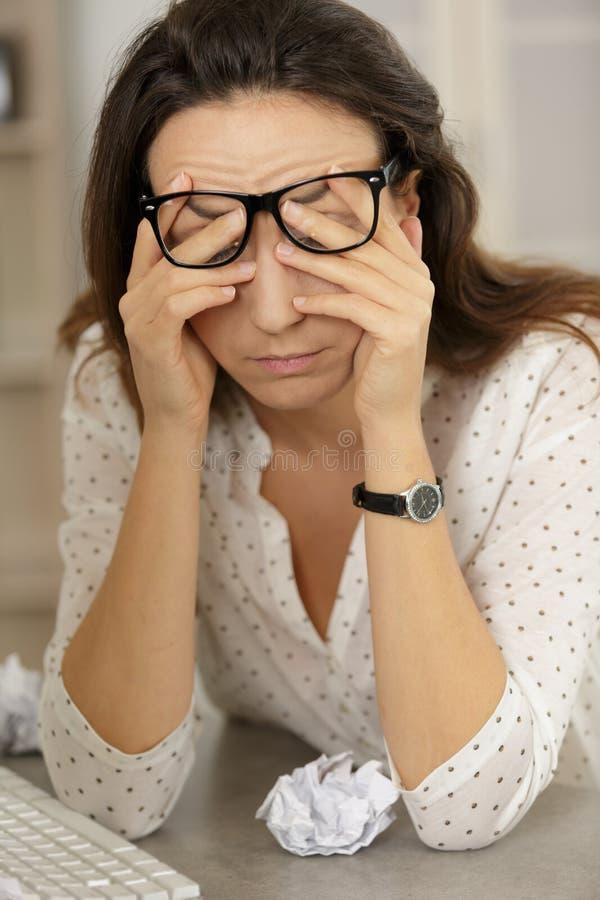 Fille déprimée d'expression triste fatiguée de visage de femme profondément dans la pensée image libre de droits